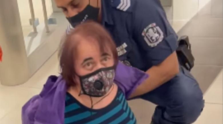 Зрелище: Арестуваха пенсионерка в метрото, не им се подчинила