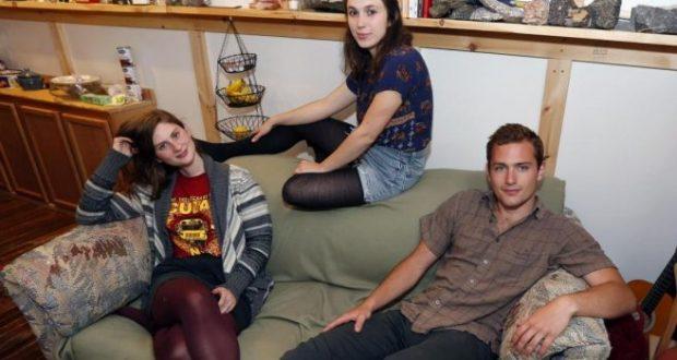 Те си купуват обикновен диван за 20 долара, без да предполагат какво ще открият в него
