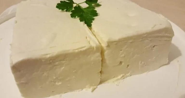 От 2 литра мляко правя 1 кг домашно сирене: без закваска и лимонтузу, яде се след 4 часа