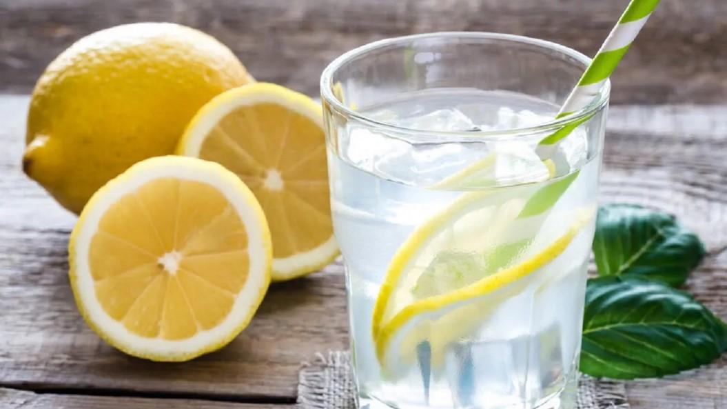 Казват, че пиенето на вода с лимон сутрин е добро за вас. Ето какво не ви казват